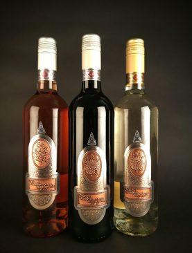 Víno s kovovou etiketou