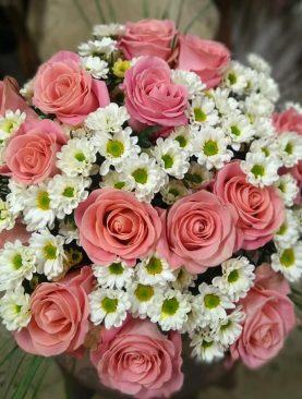 Ružové ruže a margarétky